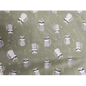 Tela algodon patchwork estampado mapaches fondo verde oscuro.  Venta de 10 en 10cm
